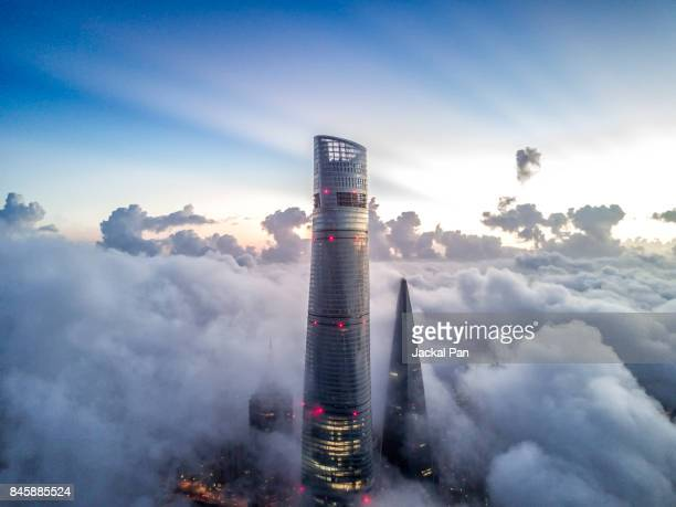 shanghai financial district in fog - wolkenkratzer stock-fotos und bilder