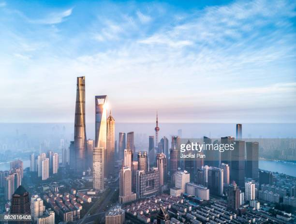 shanghai financial district in fog - china stock-fotos und bilder