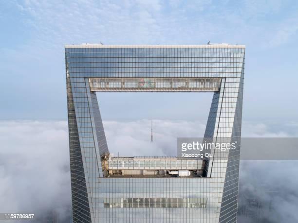 shanghai in clouds - shanghai world financial center - fotografias e filmes do acervo