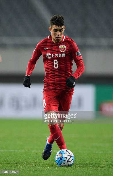 Shanghai SIPG' Brazilian midfielder Oscar controls the ball during the AFC Asian Champions League group football match between China's Shanghai SIPG...