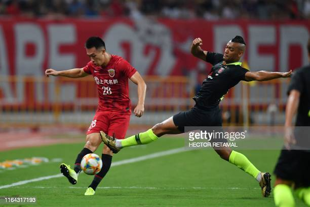 TOPSHOT Shanghai SIPG's Guan He fights for the ball with Urawa Red Diamonds's Fabricio Dos Santos during their AFC Champions League quarterfinal...