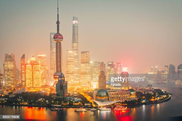 Shanghai Skyline in der Abenddämmerung