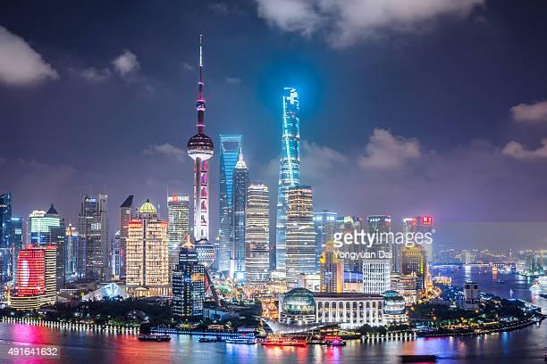 horizonte de xangai à noite - shanghai world financial center - fotografias e filmes do acervo