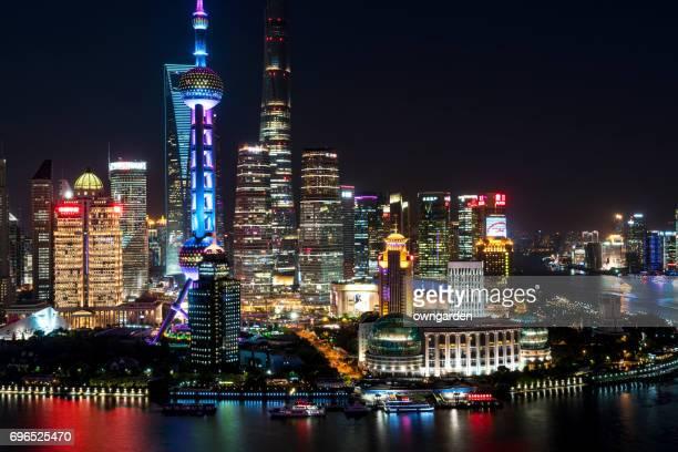 shanghai skyline at night - stadsdeel stockfoto's en -beelden