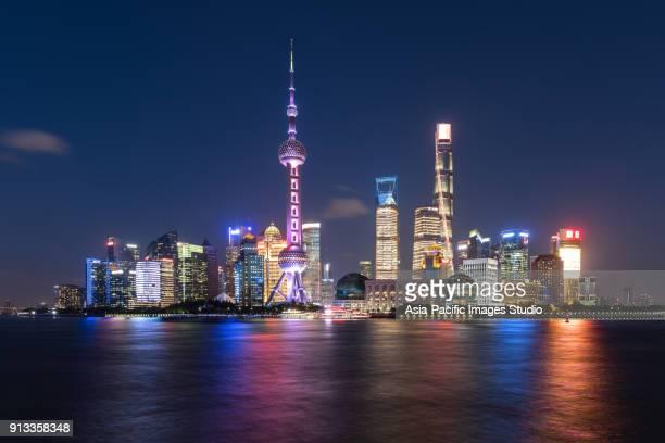 skyline de shanghai à noite. - pudong - fotografias e filmes do acervo