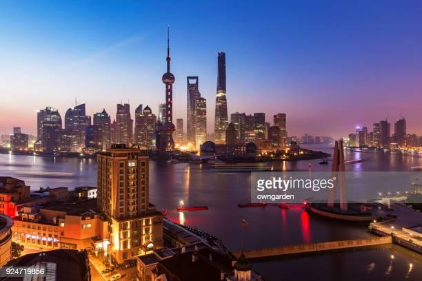 shanghai skyline bij zonsopgang - zonsopgangen en zonsondergangen stockfoto's en -beelden
