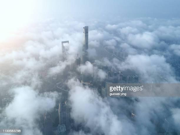 shanghai skyline in heavy fog - 目的地 fotografías e imágenes de stock