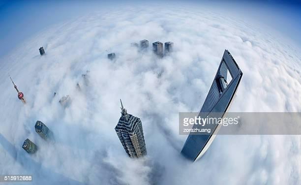 Horizonte de Xangai no mar de nuvens