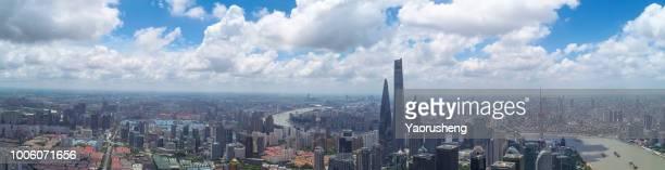 shanghai skyline,sunny day with flying clouds - rio huangpu - fotografias e filmes do acervo