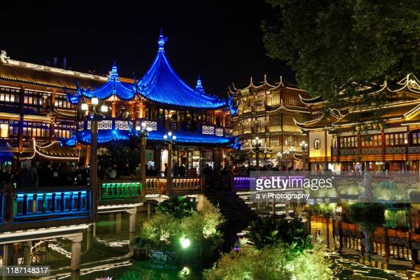 shanghai, the yuyuan bazaar and his pond at dusk. - andre vogelaere stock pictures, royalty-free photos & images