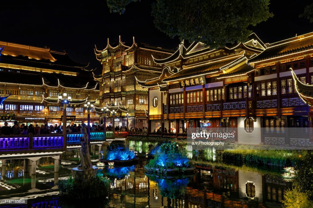 Shanghai, The Yuyuan Bazaar and his pond at dusk. : Stock Photo