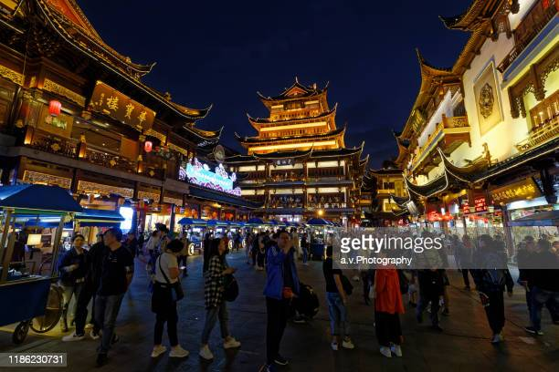 shanghai, the yuyuan bazaar at dusk. - andre vogelaere stock pictures, royalty-free photos & images