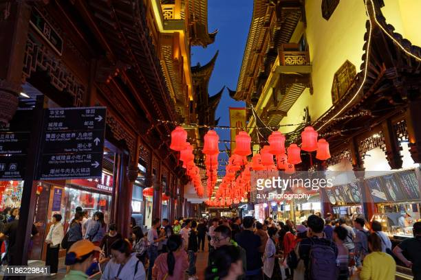 shanghai, the yuyuan bazaar in downtown. - andre vogelaere stock pictures, royalty-free photos & images