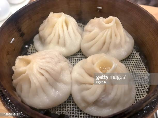 shanghai xiaolongbao served in steamer - 蒸し ストックフォトと画像