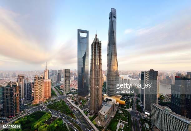 arranha-céu de shanghai lujiazui landmark - shanghai world financial center - fotografias e filmes do acervo