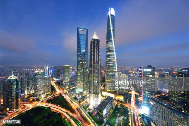 shanghai's lujiazui landmark skyscraper - lujiazui stock pictures, royalty-free photos & images