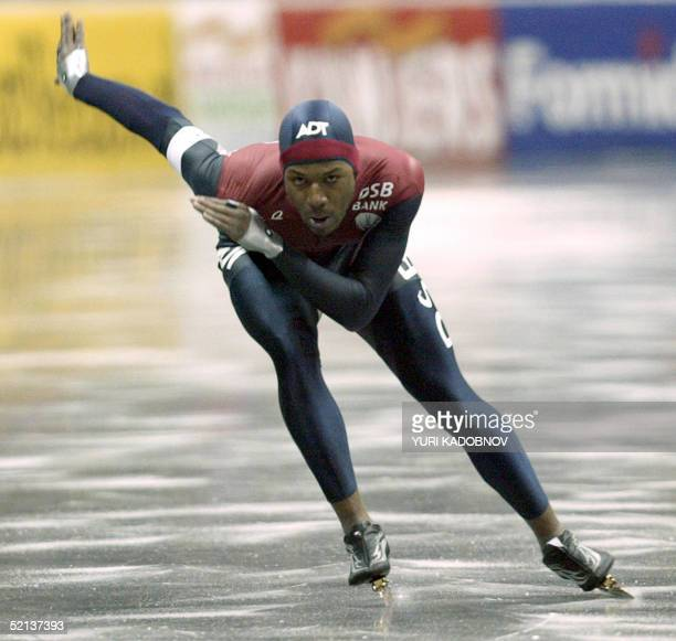 Shani Davis from the USA skates for the second best time of 500 m race of the World Allround Speed Skating Championships in Moscow 05 February 2005...