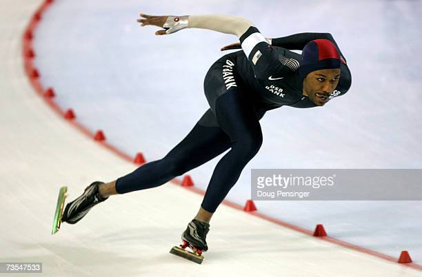 Shani Davis of the USA skates to first place and earned the gold medal in the Men's 1500m at the 2007 ISU World Single Distances Speed Skating...