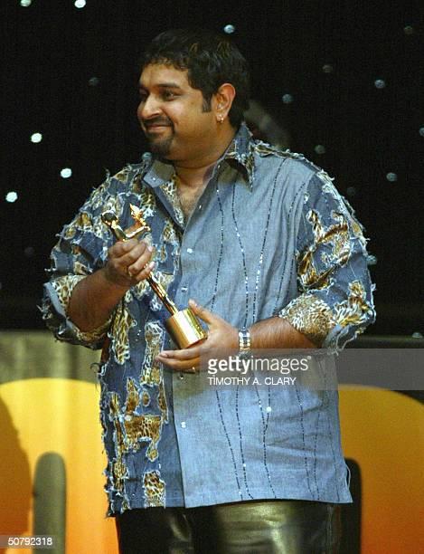 Shanker Mahadevan accepts his award for Best Male Singer during the 2004 Bollywood Movie Awards at the Trump Taj Mahal 01 May 2004 in Atlantic City...