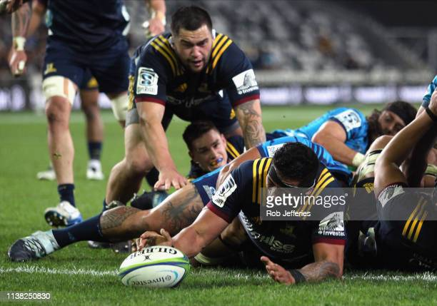 Shannon Frizell of the Highlanders scores a try during the round 10 Super Rugby match between the Highlanders and the Blues at Forsyth Barr Stadium...