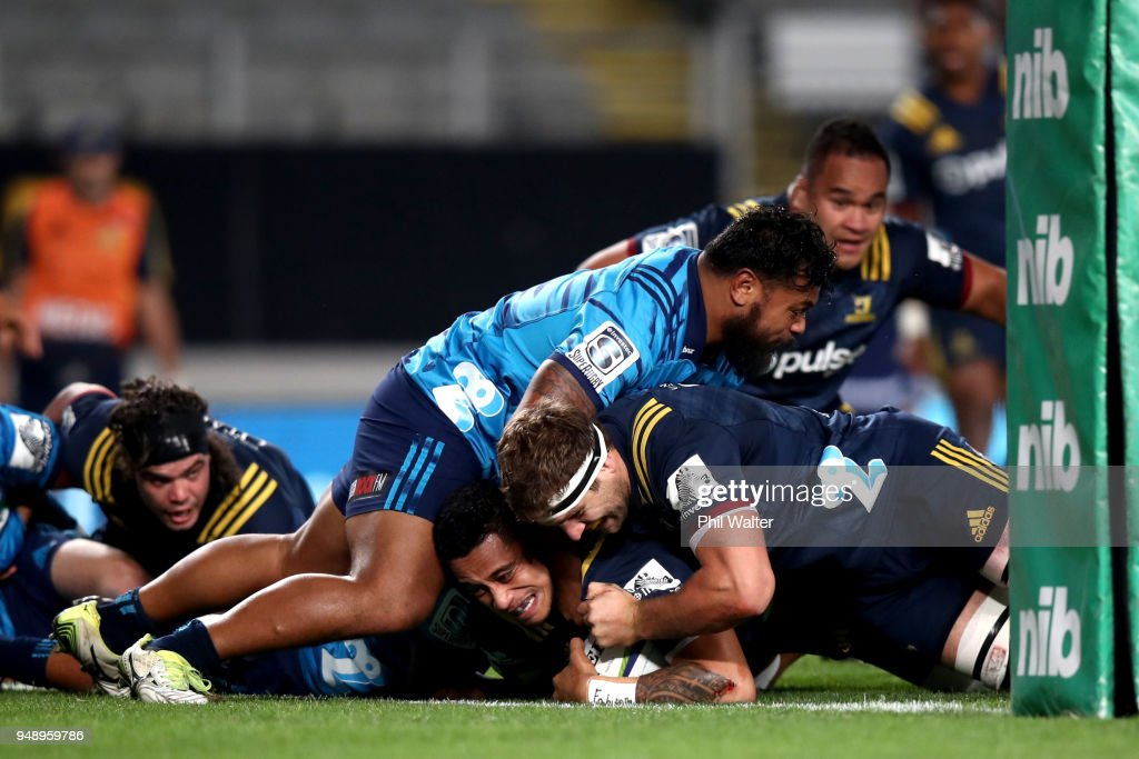 Shannon Frizell of the Highlanders scores a try during the round 10 Super Rugby match between the Blues and the Highlanders at Eden Park on April 20, 2018 in Auckland, New Zealand.