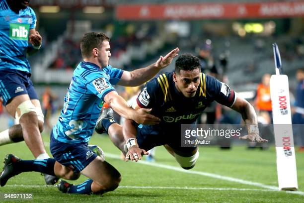 Shannon Frizell of the Highlanders scores a try during the round 10 Super Rugby match between the Blues and the Highlanders at Eden Park on April 20...