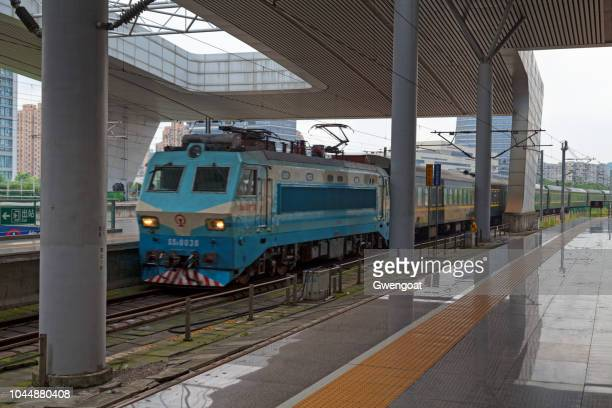 shaoshan 8 train arriving to hangzhou east railway station - gwengoat stock pictures, royalty-free photos & images