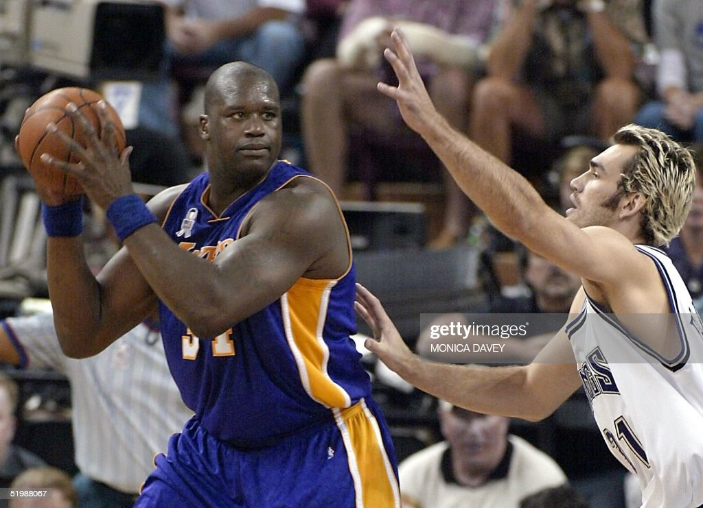 Shaquille O'Neal (L) of the Los Angeles Lakers is : News Photo