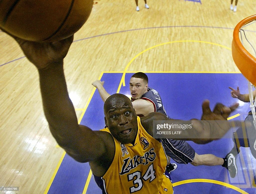Shaquille O'Neal (L) of the Los Angeles Lakers sho : News Photo