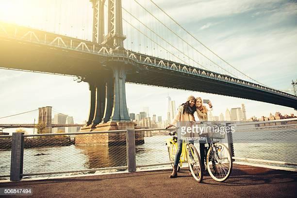 Compartir un paseo en bicicleta mi amigo en la ciudad de Nueva York