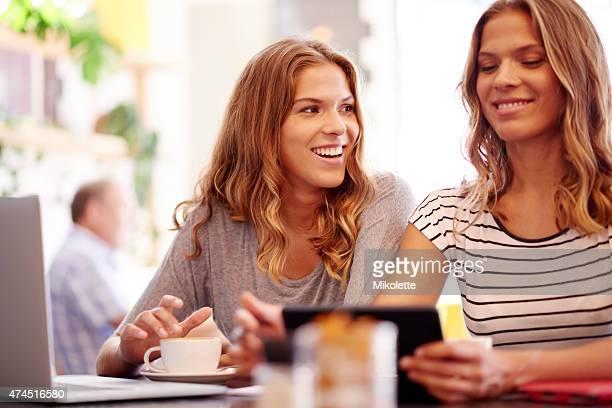 Teilen einen lachen und einen Kaffee mit meiner Schwester
