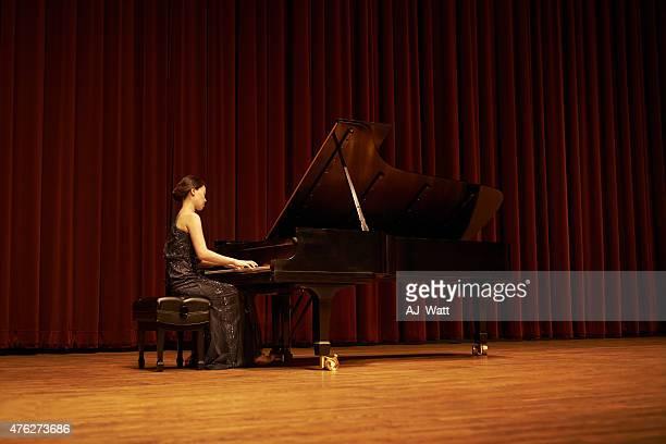 ギフトを共有している - ピアノ奏者 ストックフォトと画像