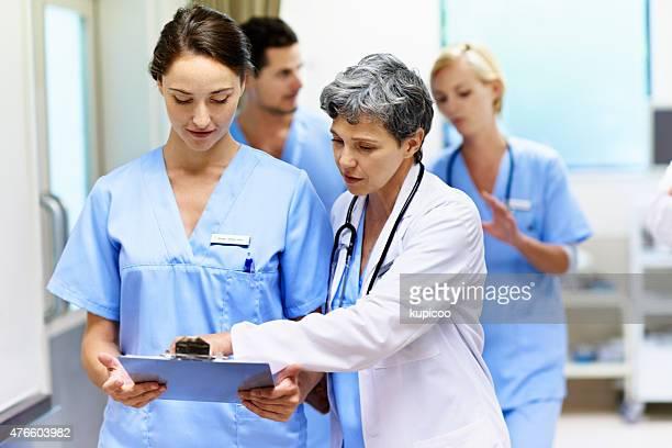sharing her medical wisdom - gemengde leeftijdscategorie stockfoto's en -beelden