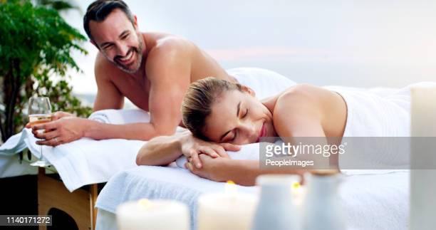 partager des moments privilégiés ensemble - massage couple photos et images de collection