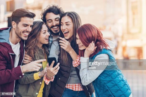 partilha a diversão com meus amigos - apontando sinal manual - fotografias e filmes do acervo