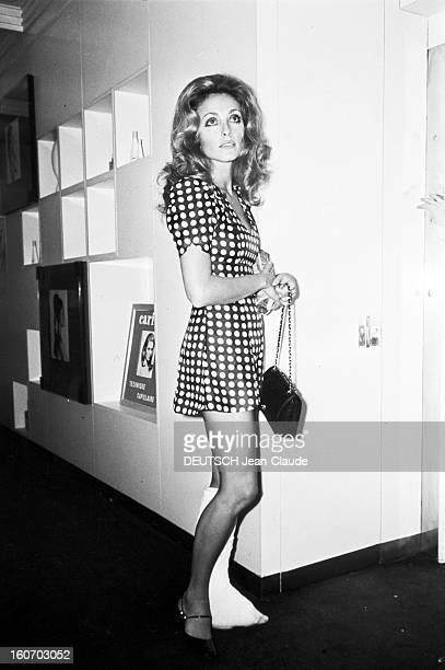 Sharon Tate In Paris En France à Paris en octobre 1968 Sharon TATE actrice portant une robe courte ayant une jambe plâtrée après être tombée dans...