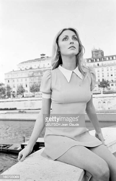 Sharon Tate In Paris En France à Paris en octobre 1968 Sharon TATE actrice posant assis sur le rebord d'un pont à l'extérieur