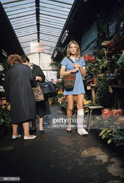 Sharon Tate In Paris Paris Octobre 1968 L'actrice Sharon TATE portant une robe bleue une jambe plâtrée se promène dans le marché aux fleurs