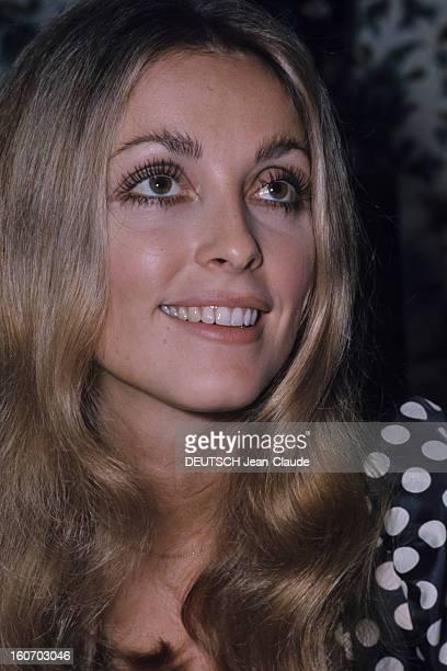 Sharon Tate In Paris Paris Octobre 1968 Portrait de l'actrice Sharon TATE souriante regardant vers le haut