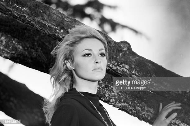 Sharon Tate On The Shooting Of 'L'Oeil Du Malin' By Jack Lee Thompson En septembre 1965 en France en extérieur dans le parc du château de Hautefort...