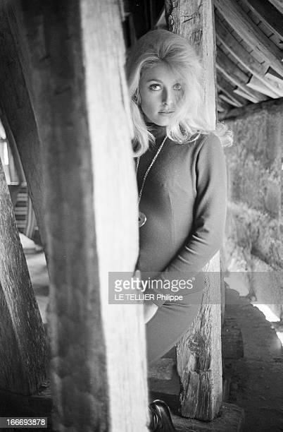Sharon Tate On The Shooting Of 'L'Oeil Du Malin' By Jack Lee Thompson En septembre 1965 en France au château de Hautefort en Dordogne l'actrice...