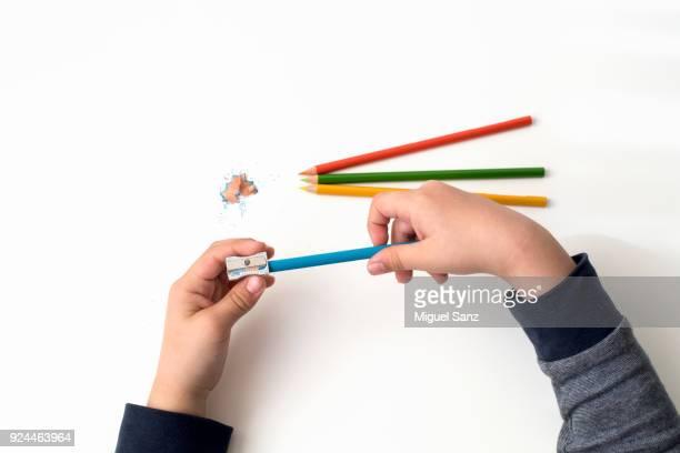 sharpening colored pencil - afiado - fotografias e filmes do acervo