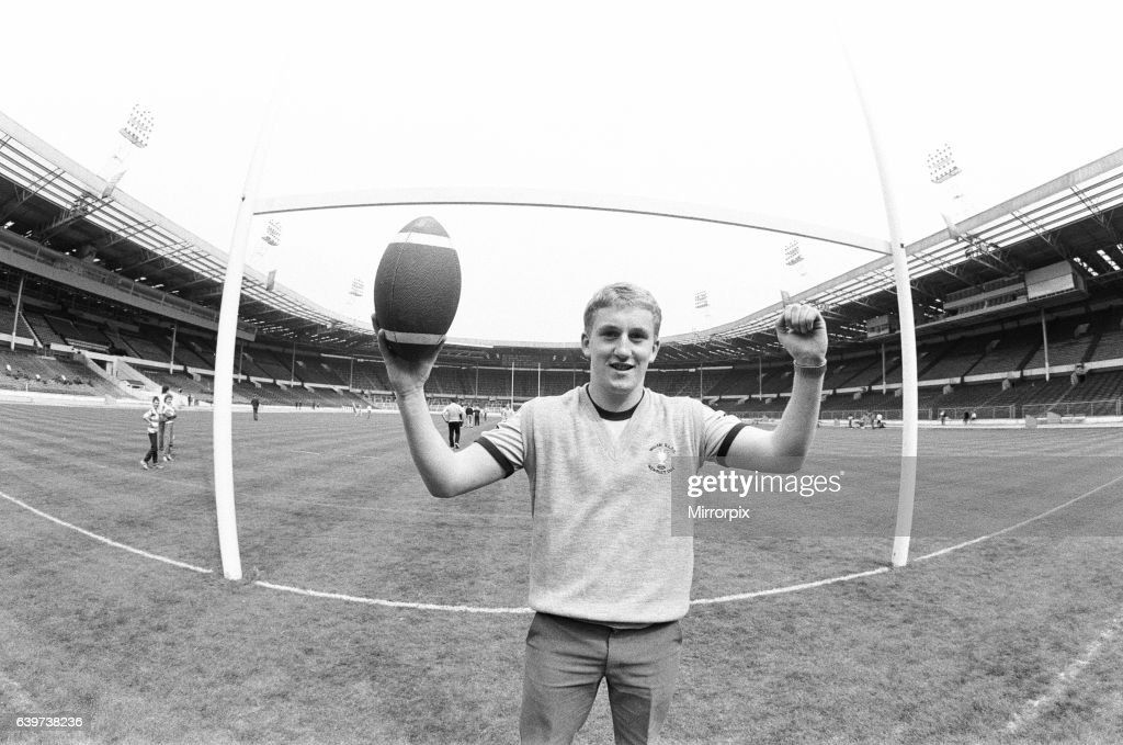 Shaun Edwards of Wigan stands on the Wembley turf for the first time on the eve of the Rugby League Cup Final against Widnes : News Photo