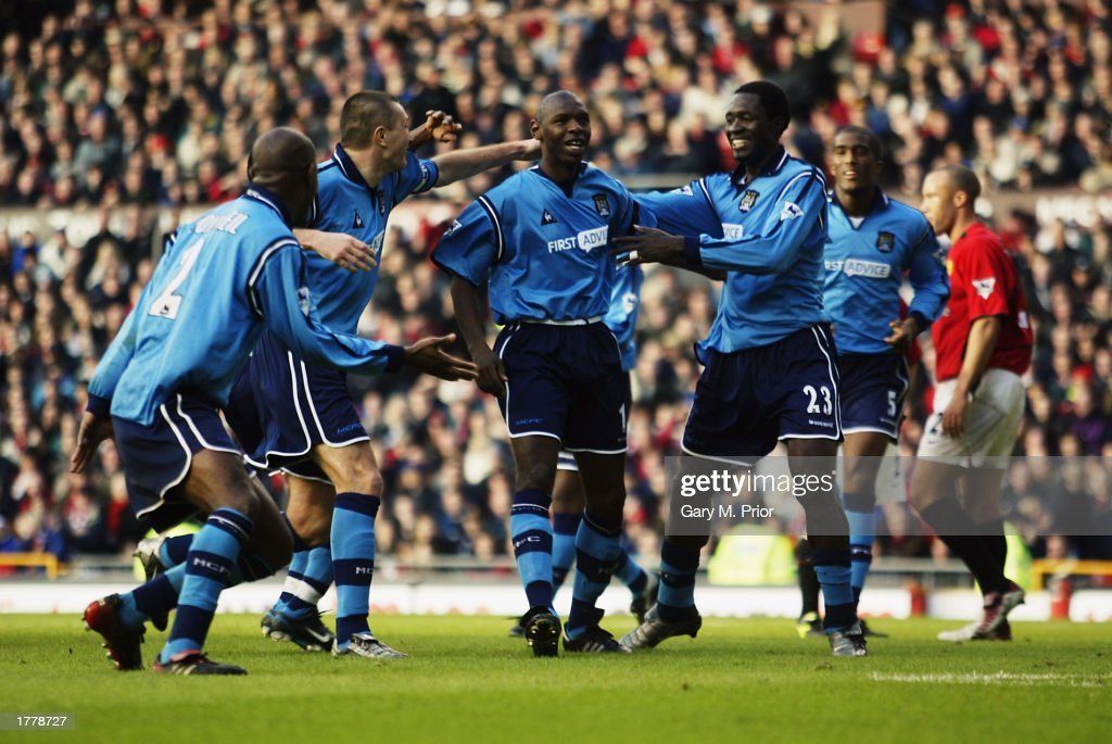 Shaun Goater of Manchester City celebrates scoring the equalising goal with his team-mates : News Photo