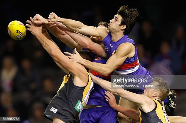Shaun Hampson of the Tigers Jordan Roughead Easton Wood of the Bulldogs and Jack Riewoldt of the Tigers compete for the ball during the 2016 AFL...