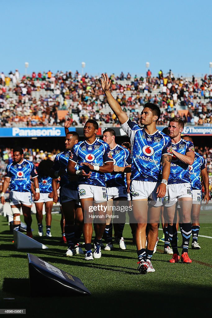 Shaun Johnson and the Warriors thank the crowd after losing the semi final match between the New Zealand Warriors and the Queensland Cowboys in the Auckland NRL Nines at Eden Park on February 16, 2014 in Auckland, New Zealand.