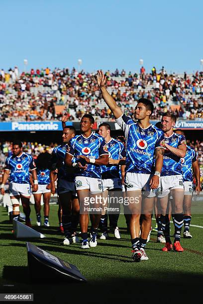 Shaun Johnson and the Warriors thank the crowd after losing the semi final match between the New Zealand Warriors and the Queensland Cowboys in the...