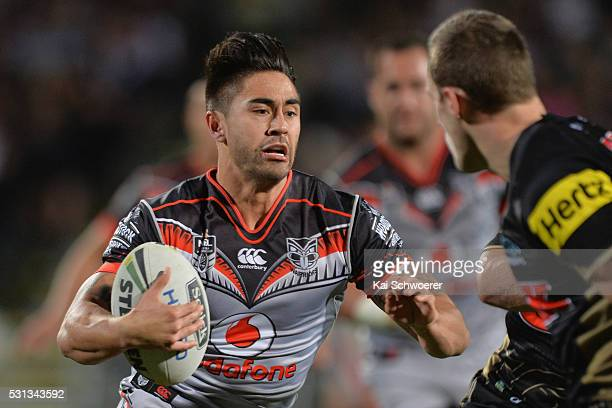 Shaun Johnson of the Warriors runs with the ball during the round 10 NRL match between the Penrith Panthers and the New Zealand Warriors at AMI...
