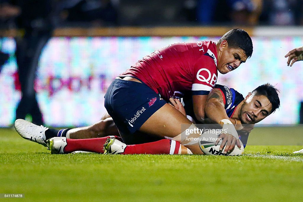 Shaun Johnson of the Warriors scores a try during the round 15 NRL match between the New Zealand Warriors and the Sydney Roosters at Mt Smart Stadium on June 19, 2016 in Auckland, New Zealand.