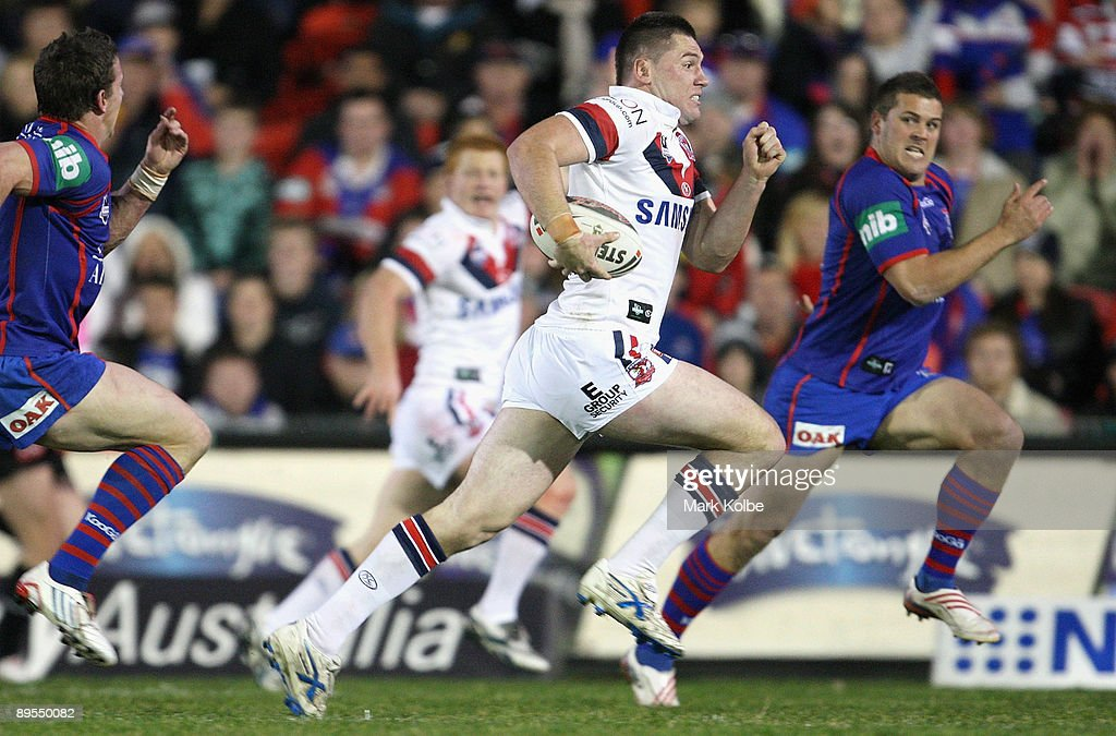 Shaun Kenny-Dowall makes a break during the round 21 NRL match between the Newcastle Knights and the Sydney Roosters at EnergyAustralia Stadium on August 1, 2009 in Newcastle, Australia.